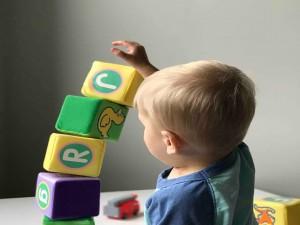 Cum să ții un toddler ocupat când lucrezi de acasă